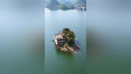 一湖中的房子,这种环境还接通了电线,住在这真的可以当岛主!
