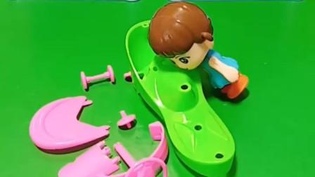 小姐姐的扭扭车坏了,佩奇看到了给组装好了,佩奇真棒
