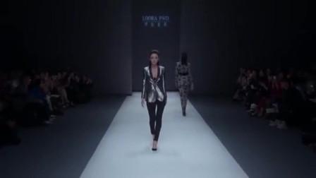时装秀:银色亮面西装,大V领设计展现胸骨,时尚又新潮的款式!