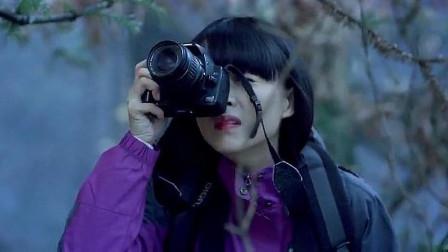 美女爬山遇见奇怪的坟,拿出相机一拍,竟出现了诡异的一幕!