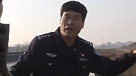 男子驾车撞护栏,挡风玻璃竟夹着头发,民警查记录仪后慌了神
