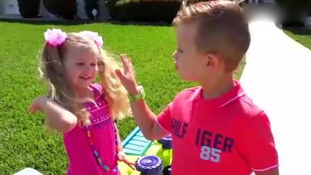可爱萝莉:小可爱和哥哥看到需要帮助的人毫不犹豫伸出援手表现真是太棒了