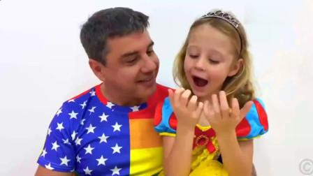 可爱萝莉:指甲里藏满泥巴,爸爸要给小可爱剪指甲萌娃:疼,我才不要