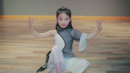 欣欣小朋友古典舞 《左手指月》,跳的我身上起鸡皮疙瘩,小小年纪太棒了!