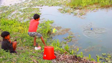 哥哥弟弟一起出来钓鱼,抛了几竿,看看他们钓了多少?
