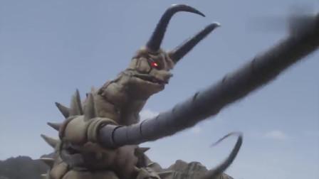 怪兽神鞭甩过来,维克特利奥特曼眼看要死,此时小怪兽挡在了眼前