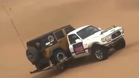 这才是真的沙漠越野车,关键是背上还背了一个