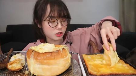 吃货哎呦阿尤吃芝士面包,拿着就往嘴里塞,大口咀嚼根本停不下!