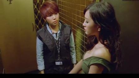 女孩悄悄把男子领进厕所 警察喊都不出来