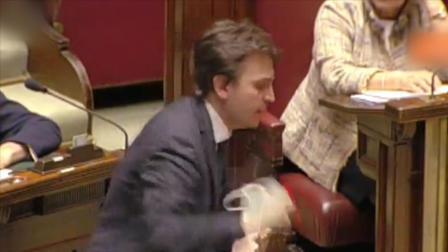 因戴口罩进议会引争议,意大利议员激动发言怒摔话筒