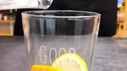 两片柠檬,,10ml果糖,,150克冰,300ml雪碧,一瓶养乐多,网红饮料一秒变上仙