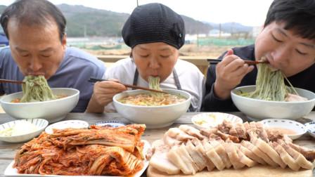 韩国农村家庭的一顿饭,五花肉配桑叶面条,一家人吃得真香