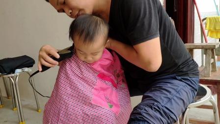 疫情期间在家里自己动手给宝宝理发 宝宝很乖给他理了个小光头