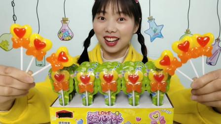 """美食开箱:小姐姐试吃""""爱心棒棒糖"""",心心相印蝴蝶结,奶香甜蜜"""