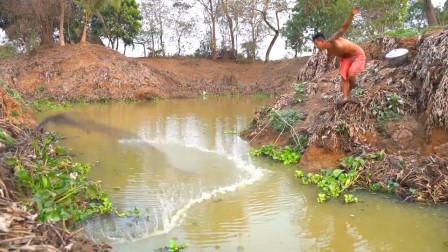 大叔野外捕鱼,往大水潭里撒一网,看看他捕获了什么?