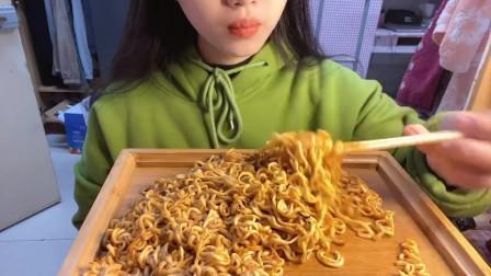 美食吃播:大胃王小姐姐吃火鸡面,大口吃的真香!