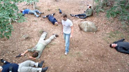 小伙被神秘生物寄生,身体变得异于常人,一人干翻一群持枪守卫!
