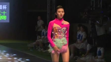 国内时尚内衣秀,模特长得很甜,自然大方!