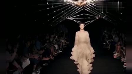 国际时装秀像纸张一样拼接成的衣服,现场光线太强,看着尴尬了!