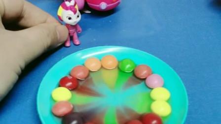 小彩虹给妈妈做生日蛋糕,彩虹糖加水形成彩虹的样子,这个办法可真棒