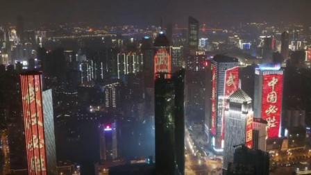 """航拍武汉夜景:街道空荡荡霓虹灯闪烁 大厦上显示""""必胜""""字样"""