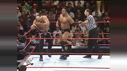 WWE:当巨石强森搭上肩膀那一刻,观众就沸腾了,又是洛克炸弹!