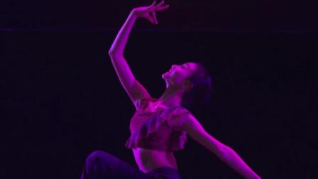 敦煌舞腰部柔软性训练,小姐姐们劈叉下腰搬腿,台下男孩目不转睛