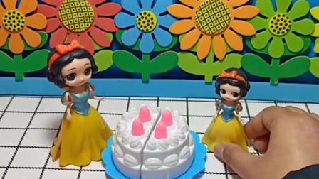 白雪给小白雪买了生日蛋糕,贝儿要把小白雪的蛋糕抢走,贝儿真坏!
