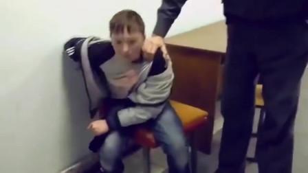 弟弟行为!15岁俄罗斯男孩在警察局里发酒疯,但凡有粒花生米...