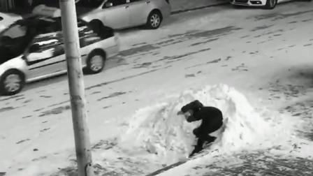 这位大哥走路不看道吗,撞到电线杆上还把头给扎进雪堆,原谅我没有忍住!