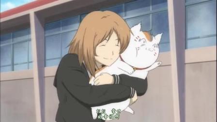 夏目友人帐:猫咪老师被女同学死死的抱住,很痛苦