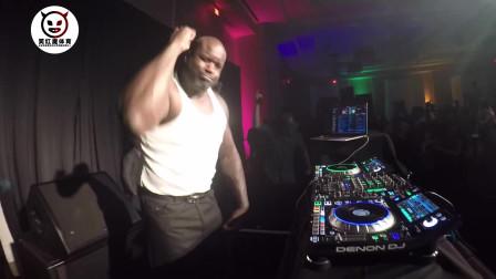 奥尼尔一个人跑去音乐节蹦迪了,有音乐节就有DJ,这个胖子看起来不太聪明的亚子