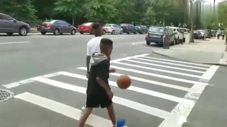 美国打篮球天赋好?别找借口了,你有这个黑人小孩努力吗