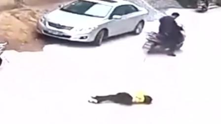 飞速电动车撞翻过路小女孩,监控拍下这一幕让所有人愤怒