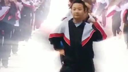 孩子跳完这段舞,你就是学校里最靓的仔, 这是爷爷奶奶带出来的孩子吧 !