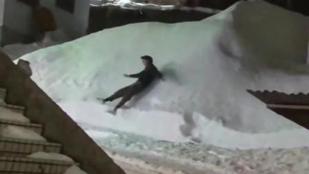 小伙子本以为雪是软的,没想到这个雪太硬了,我真的是太难了啊!