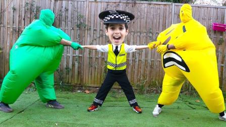 萌宝玩具:真捣蛋!小正太为何被小黄人跟小绿人拉扯着?
