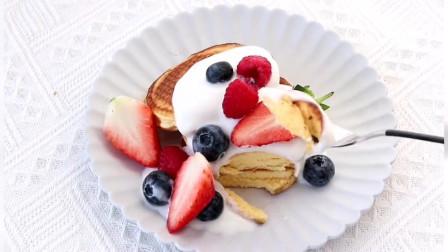 网红舒芙蕾松饼入口即化,再配上新鲜的莓果和酸奶,女朋友和闺蜜都爱吃
