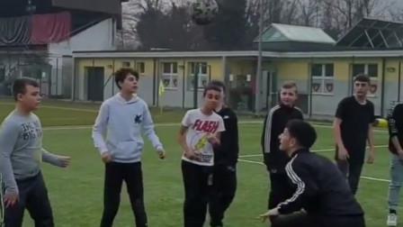 最快乐的头球接力?意大利足球男孩的团队配合,结局无情!