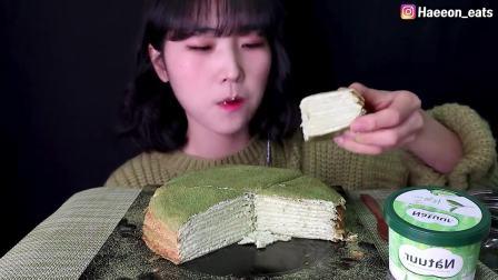 韩国吃播小姐姐,吃绿茶蛋糕和冰淇淋,大口吃得美滋滋