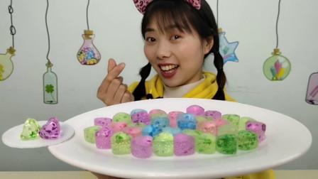 """美食测评:妹子试吃""""琥珀硬糖"""",五彩缤纷通透似宝石,果味清甜"""