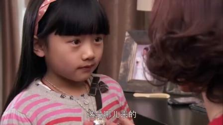 7岁女儿偷偷涂妈妈的口红,妈妈一看脖子,脸色瞬间不对劲