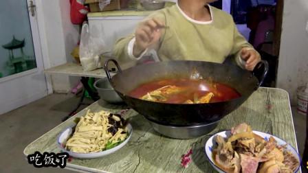 小伙吃一大锅酸汤鱼还不够,还做了咸水鸭海鲜,一个人吃撑
