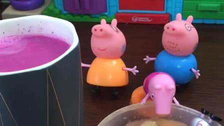 佩奇和乔治最爱吃猪妈妈做的早餐,还有火龙果奶昔呢,猪妈妈厨艺真好!