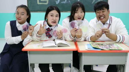 """王小九短剧:老师让学生挑战吃粘牙糖,没想王小九的""""假牙""""被粘掉了,太逗了"""