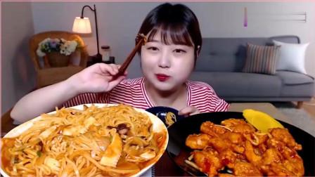 韩国萌妹子吃货,吃海鲜面条,配上香辣虾,大口大口的吃,真馋人。