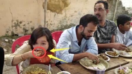 """印度人到中国吃""""手抓饭"""",被服务员拦下,场面差点hold不住"""