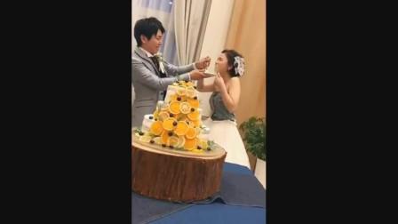 日本婚礼这个环节新娘新郎互相喂蛋糕,而且要大口大口的吃
