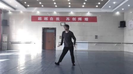 苏鹏老师的舞蹈展示,老师的舞姿和后面的标语告诉我要去练功了!