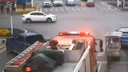 湖北宜都上演现实版,45度让路法,听到消防车的声音,司机自觉让路!